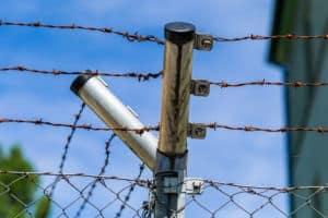 Zaun mit Stacheldraht zur Absperrung